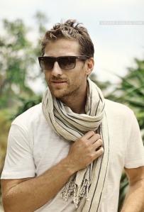 Man scarf. Man friggin sexy.